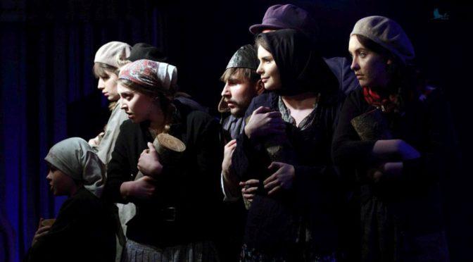 Drwa spektakl oparty na opowiadaniach Michała Zoszczenki przedstawiany przez Teatr Kaprys z Domu Kultury w Łapach.